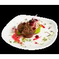 Медальоны из телятины со шпинатным пюре, мороженым из куриной печени и соусом из пьяной вишни