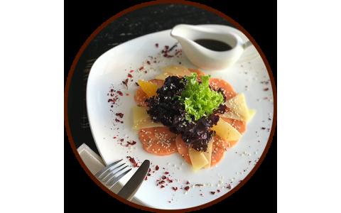 Карпаччо из лосося с микс салатом и кисло-сладким соусом