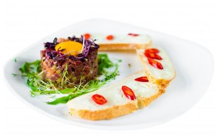 Тартар из телятины с кисло-сладким соусом и хрустящими брускеттами