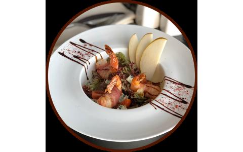 Теплый салат с креветками в беконе