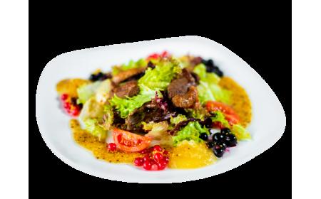 Салат с утиной грудкой, яблочным пюре и дуэтом смородины