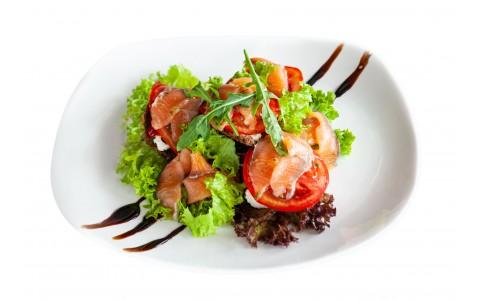 Салат с лососем гравлакс, вялеными овощами, сырным кремом и ржаными гренками